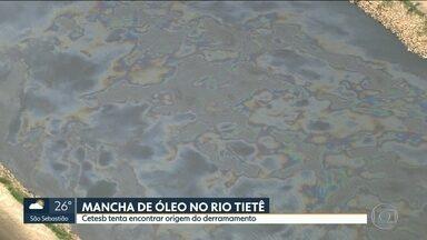 Cetesb investiga mancha de óleo no Rio Tietê - Produto que veio de córrego cercado por indústria apareceu ontem no Rio Tietê, na hora do almoço. Hoje a mancha desapareceu.
