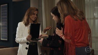 Vinícius tenta se aproximar de Laura, mas ela se afasta - Sophia dá um conjunto de esmeraldas para Laura e Lorena fica maravilhada
