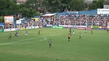 Romércio, do Coritiba, coloca a mão na bola e o árbitro marca pênalti para o União-PR - Romércio, do Coritiba, coloca a mão na bola e o árbitro marca pênalti para o União-PR