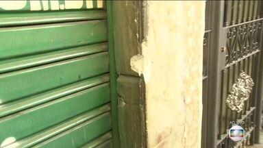 Garçom morre por bala perdida no Rio de Janeiro - Ele estava na calçada, servindo clientes. Tiroteio aconteceu durante perseguição entre traficantes e a Polícia Militar. Outras 4 pessoas ficaram feridas.