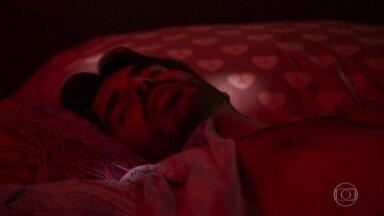 Xodó e Maíra passam a noite juntos - A garota insiste em ser beijada pelo garimpeiro