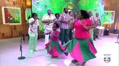 Beatriz tem 6 aninhos e sonha desfilar como baiana na Mangueira - A menina se apresenta ao lado da mãe e da bateria da escola de samba carioca