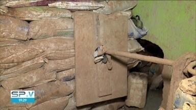 Polícia encontra túnel que dava acesso a cofre de uma empresa de ônibus - A polícia encontrou um túnel que começava em uma casa e dava acesso ao cofre de uma empresa de ônibus, que fica no Jardim Gilda maria, na zona oeste da capital.