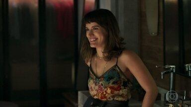 Clara fica feliz após beijar Patrick - Os dois ficam sem graça e advogado convida a neta de Josafá para jantar com ele