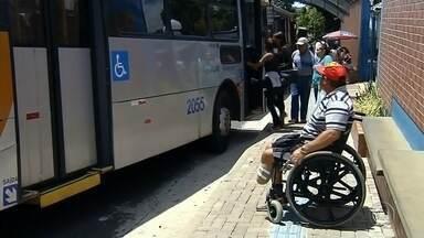 Resultado de imagem para Vídeo que mostra cadeirante se arrastando para sair de ônibus causa polêmica