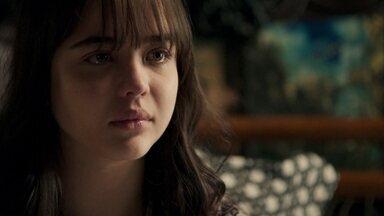 Laura diz para Clara que deveria ter desistido do casamento - A neta de Josafá vai até a casa do delegado conversar com a jovem