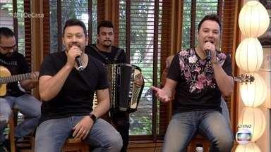 João Bosco e Vinícius cantam 'Chora me Liga' - Dupla anima a galera com hit sertanejo