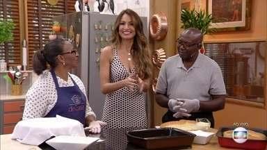 Casal vende pão doce há 28 anos pelas ruas de Cuiabá - Seu Gabriel e Dona Selma conseguem uma renda extra com a parceria e ensinam a receita de sucesso no 'É de Casa'
