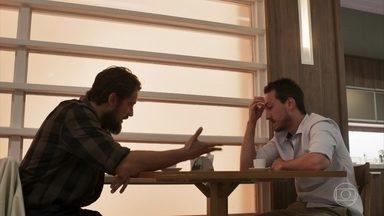 Rafael confidencia a Renato sobre o acordo que fez com a esposa - Laura afirma a Vinícius e Lorena que está feliz com seu casamento