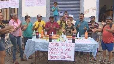 Trabalhadores protestam com bolo contra demora nas obras do Mercado Central - Trabalhadores protestam com bolo contra demora nas obras do Mercado Central
