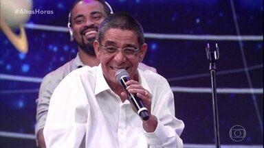 Zeca Pagodinho comemora aniversário e ganha homenagem - Serginho avisa que uma placa será inaugurada no cenário do programa
