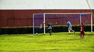 Joelson pega rebote de Naylson e faz gol, mas bandeira marca impedimento - Joelson pega rebote de Naylson e faz gol, mas bandeira marca impedimento