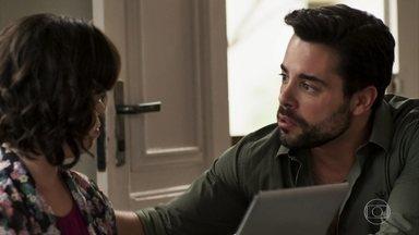 Amaro não consegue disfarçar nervosismo - Português fica apreensivo por Estela não falar sobre o casamento com Sophia