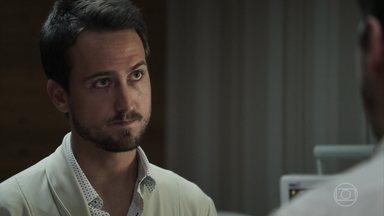 Rafael conversa com Bruno depois da cirurgia de Raquel - O delegado decide ficar ao lado da amada. Clara liga para Renato para ter notícias de Raquel