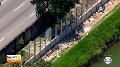 Começa a instalação de vidros na raia olímpica da USP - O vidro vai tomar lugar do muro. A prefeitura anunciou a troca no ano passado. O muro só deve ser retirado quando todos os vidros forem instalados.