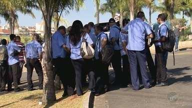 Motoristas protestam contra possíveis demissões de cobradores, em Indaiatuba - Cidade terá troca de empresa prestadora de serviços e novos ônibus não têm lugar para cobrador de passagens.