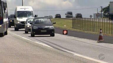 Obras de revitalização de asfalto interditam faixa na Rodovia Campinas-Mogi (SP-340) - O bloqueio da faixa esquerda, entre os quilômetros 130 e 131, causaram 600 metros de lentidão na rodovia, pela manhã.