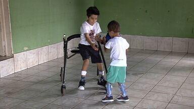 Menino de 5 anos precisa de cirurgia para não perder movimento das pernas - Custo da cirurgia de Miguel, que tem paralisia cerebral, é de R$ 150 mil.