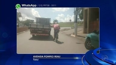 Ciclista é flagrado pegando carona na traseira de caminhão em avenida de Tatuí - Um ciclista foi flagrado pegando carona na traseira de um caminhão na avenida Pompeu Reali, em Tatuí (SP).