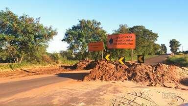 Motoristas se arriscam na PR-482 parte da estrada foi levada pela enxurrada - O trecho entre Maria Helena e Nova Olímpia foi interditado no dia 19 de janeiro.