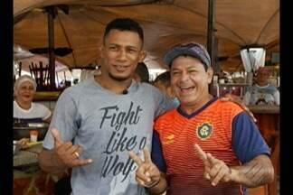 Após vitória no UFC Belém, Iuri Marajó volta ao Ver-o-Peso para cumprir promessa - Lutador esteve no mercado para comemorar resultado positivo e recebeu carinho dos vendedores