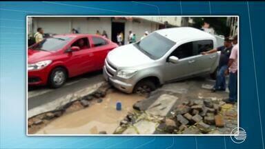 Caminhonete cai em buraco que se abriu em rua do Centro após chuva - Caminhonete cai em buraco que se abriu em rua do Centro após chuva
