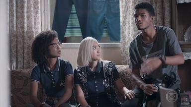 Ellen, Tina e Anderson assistem ao julgamento de Vicente - Anderson grava as reportagens e pensa em escrever um funk sobre a história da chacina do qual o pai foi vítima