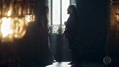 Constantino e Catarina conversam sobre Montemor - Catarina diz que Rodolfo é fraco