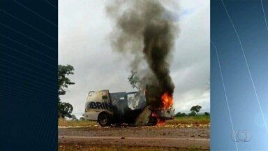 Ladrões explodem carro-forte na BR-070, em Montes Claros de Goiás - Seis criminosos armados, a bordo de duas caminhonetes, cercaram veículo, disse polícia. Houve troca de tiros; duas pessoas ficaram feridas e foram encaminhadas para hospital.