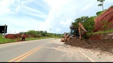 Deslizamento de barreira na BR-259 deixa trânsito parcialmente interditado no ES - Trânsito ficou em sistema Pare e Siga.