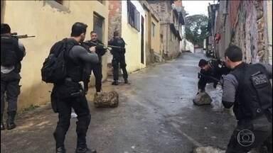 Criminosos driblam aparato policial na Cidade de Deus e fogem de ônibus - Desde julho, forças de segurança estão unidas para combater o crime no Rio mas o que se vê é pouco resultado.