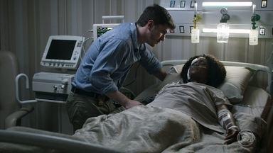 Raquel acorda após acidente e diz não sentir as pernas - A juíza conta a Bruno que não lembra direito do que aconteceu
