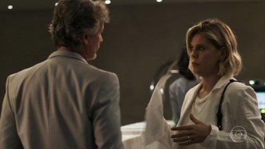 Jô paga as despesas de Renan e o leva para um flat - Ela afirma que se o empresário reconquistar Beth poderá viver às custas de Clara