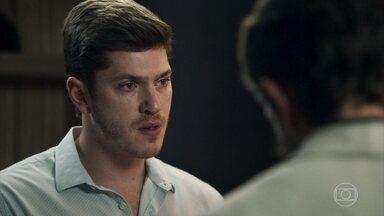 Bruno recebe notícia preocupante sobre estado de saúde de Raquel - Rafael e Renato chamam o delegado para mostrar os exames da juíza, mas acabam constatando a melhora dela