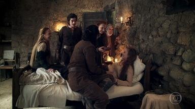 Amália garante a Afonso que está grávida - Afonso diz que Amália tem que repousar. Todos mimam Amália