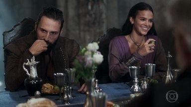 Hermes diverte Augusto e Catarina no jantar - Deixando Constantino com raiva