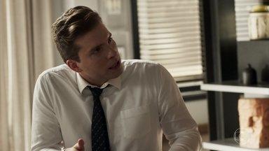 Patrick avisa a Elizabeth que ela terá todos os documentos novamente - Renan pergunta se a mãe de Clara sente ciúmes de Jô