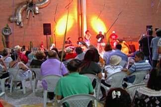 Música 'Antigos Carnavais' ganha concurso de marchinhas de Suzano - 20 finalistas se apresentaram e animaram o público no Centro Cultural Francisco Carlos Moriconi.