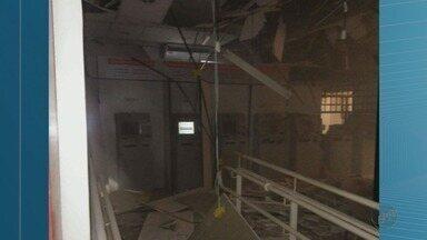 Quadrilha explode e furta caixas eletrônicos em Miguelópolis, SP - Na fuga, suspeitos abandonaram sacola de dinheiro.