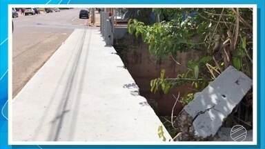 Córrego sem proteção na capital de MS preocupa pedestres, motoristas e motociclistas - No período do carnaval, as festas de rua aumenta o movimento na região da rua Dom Aquino com a avenida Ernesto Geisel.