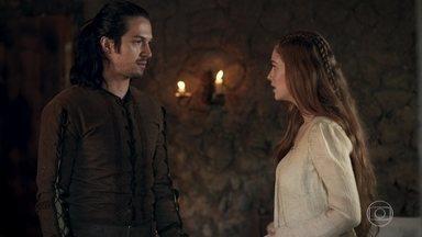 O médico informa a Afonso que não tem como prever quando a memória de Amália voltará - Afonso tenta se aproximar de Amália, mas ela recua