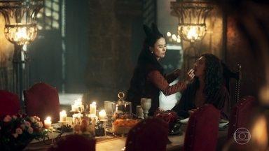 Rodolfo estranha a decisão de Lucrécia de parar com as aulas de pintura - Lucrécia faz um jantar para Rodolfo para comemorar a vida