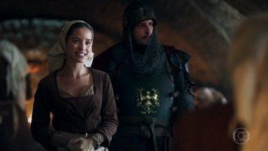 Betânia e Brumela recebem Tila, a nova cozinheira do castelo indicada por Rodolfo - las estranham e o soldado diz que foi solicitação do rei
