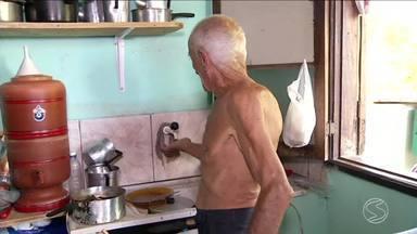 Moradores do Vale Verde, em Volta Redonda, estão sem água desde antes do carnaval - Problema dura mais de uma semana. Senhor de 90 anos reclama que não tem água nem para beber.