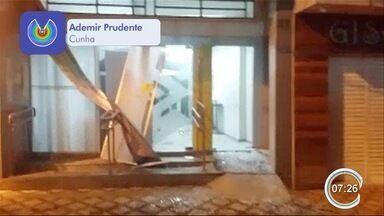 Criminosos armados com fuzis explodem três agências bancárias em Cunha - Suspeitos atearam fogo em dois carros durante a fuga. Ninguém foi preso.