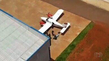 Suspeito de levar droga para Goiânia em avião diz que receberia R$ 50 mil pelo serviço - Polícia Federal investiga origem dos 150 kg de pasta base de cocaína apreendida. Donos da aeronave e grupo responsável pela entorpecente não foram identificados.