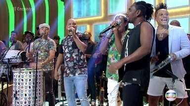 Moletchan canta 'Varre e Segura' - A galera do É o Tchan se apresenta com o Molejo no palco do 'Encontro'