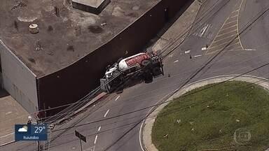 Duas pessoas ficam feridas em tombamento de caminhão-tanque em Belo Horizonte - Acidente foi na entrada dos bairros Sion e Belvedere, na Região Centro-Sul.