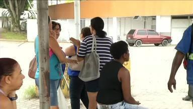 Passageiros reclamam de ponto de ônibus improvisado em Resende, RJ - Segundo eles, estrutura não oferece segurança, nem conforto. É a terceira vez que RJTV faz reportagem sobre o problema.
