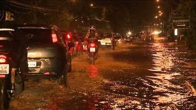 Após chuva, estrada fica alagada no Maranhão - Motoristas precisaram de cautela para conseguir atravessar trecho da MA-201.
